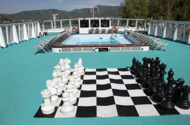 Sofia. Гигантские шахматы на солнечной палубе